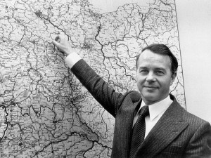 Bundestag-Niedersachsens-Ministerpraesident-Ernst-Albrecht-CDU-zeigt-1977-auf-einer-Landkarte-den-Standort-Gorleben-im-Kreis-Luechow-Dannenberg-300x225