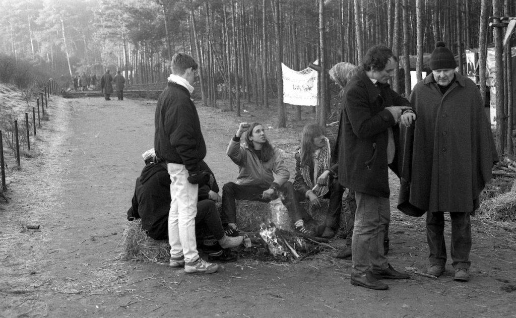 Am 6.2.1990 wurde das Widerstandsdorf gegen die PKA (Pilot Konditionierungs Anlage) von der Polizei geräumt. Nachdem die Besetzer abgezogen waren, blieben rund 15 ältere Anwohner und diskutierten mit dem Einsatzleiter der polizei. Nachmittags gingen auch sie freiwillig. Wendland, Anti AKW, Zwischenlager, Endlager, Castor, Protest