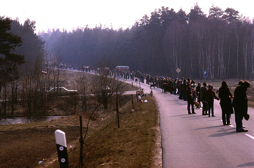 24. März 1984: Menschenkette zwischen Clenze und Hitzacker; Bild: Dieter Kulow / wendland-archiv.de